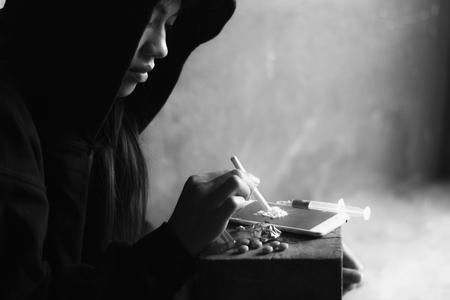 Adolescente está tomando heroína, adicto a las drogas, concepto de enfermedad, no al concepto de drogas, 26 de junio, día internacional contra el abuso de drogas. Foto de archivo