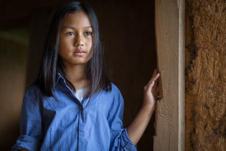 Retrato de una pobre niña tailandesa perdida en pensamientos profundos, pobreza, niños pobres, refugiados de guerra Foto de archivo