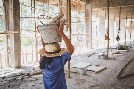 I bambini poveri sono costretti a lavorare nell'edilizia, i bambini violenti e il concetto di tratta, il lavoro contro i bambini, la Giornata dei diritti il 10 dicembre.