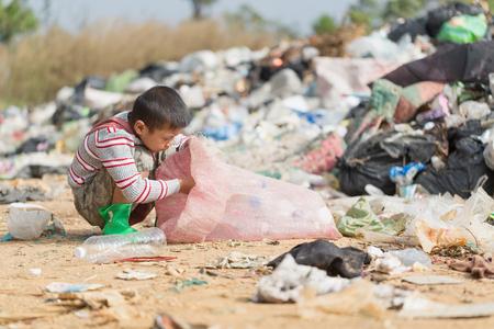 Arme Kinder sammeln Müll zum Verkauf wegen Armut, Junk-Recycling, Kinderarbeit, Armutskonzept, Weltumwelttag, Standard-Bild