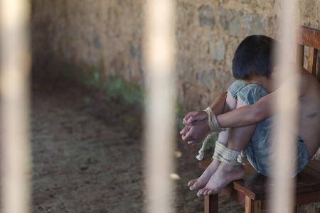 感情的なストレスや痛みでロープで縛られた手を持つ被害者の少年, 誘拐, 虐待, 人質, 恐怖, 制限付き, 閉じ込められた, 哀れな, 闘争, 子供に対する暴力を停止し、コンセプトを人身売買. 写真素材