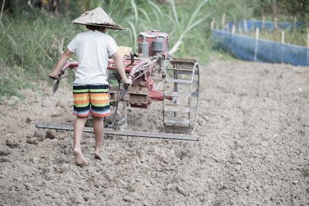 Lavoro minorile, bambini poveri che guidano un'area agricola aratro, i bambini devono lavorare a causa della povertà, concetto della Giornata mondiale contro il lavoro minorile.