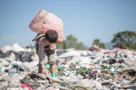 Los niños son basura para seguir vendiendo debido a la pobreza, el Día Mundial del Medio Ambiente, el trabajo infantil, la trata de personas, el concepto de pobreza