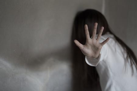 Mujer en el ángulo del edificio abandonado, detener la violencia contra la mujer, día internacional de la mujer