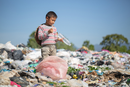 Children find junk for sale and recycle them in landfills, the lives and lifestyles of the poor, Child labor, Poverty and Environment Concepts 版權商用圖片 - 116343203