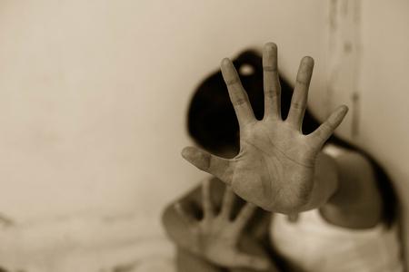 Donna nell'angolo di un edificio abbandonato, ferma la violenza contro le donne, giornata internazionale della donna Archivio Fotografico