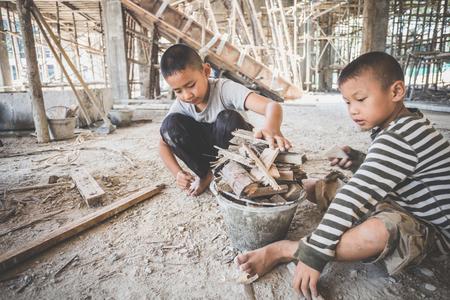 jongens werken op de bouwplaats, tegen kinderarbeid, arme kinderen, bouwwerkzaamheden, geweld kinderen en mensenhandel concept