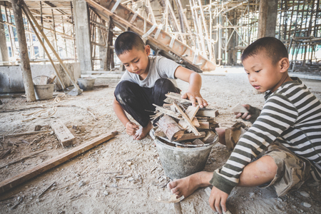 Los niños trabajan en el sitio de construcción, contra el trabajo infantil, niños pobres, trabajos de construcción, violencia infantil y concepto de trata