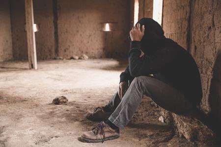 gestresster und depressiver Mann, der unter Druck und Hoffnung arbeitet, trauriger Ausdruck, traurige Emotionen, Verzweiflung, Traurigkeit.