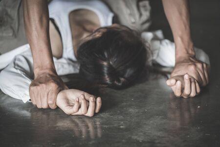 Nahaufnahme von Mannhänden, die eine Frau für Vergewaltigungs- und Missbrauchskonzept halten, Vergewaltigung durch häusliche Gewalt, Körperverletzung, Gewalt gegen Frauen stoppen, Menschenhandel.