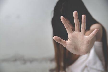 disperazione vittima di stupro in attesa di aiuto, Stop alle molestie e alla violenza contro le donne, concetto di stupro e abuso. Archivio Fotografico