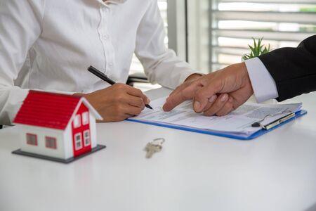 Los inversores firmaron un contrato, Compra y venta de bienes raíces. Inversión inmobiliaria y concepto financiero hipotecario de la casa.