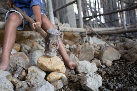 Concetto di povertà e lavoro minorile, bambini che lavorano nei cantieri edili, contro il lavoro minorile, bambini poveri, lavori di costruzione, bambini violenti e concetto di traffico Archivio Fotografico