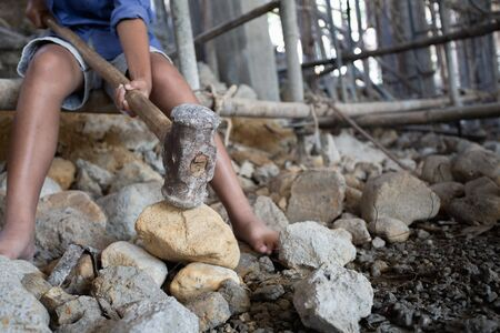 Konzept von Armut und Kinderarbeit, Kinder, die auf Baustellen arbeiten, Gegen Kinderarbeit, Arme Kinder, Bauarbeiten, Gewaltkinder- und Menschenhandelskonzept Standard-Bild
