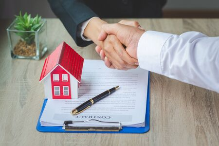 Estate agent shaking hands with customer after contract signature, Business Signing a Contract Buy - sell house, Home for rent concept. Standard-Bild