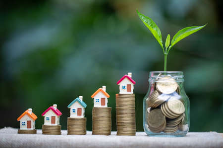 House placed on coins. The tree grows on coins.  planning savings money of coins to buy a home concept for property, mortgage and real estate investment. 版權商用圖片
