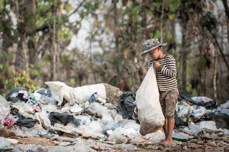 Poor children collect garbage for sale, poverty concept. Imagens