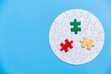 jigsaw puzzle pieces on blue background,  Business solutions, success and strategy, Business partnership concept. Copy space. Banque d'images