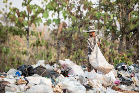 Poor children collect garbage for sale.and recycle them in landfills, the lives and lifestyles of the poor, Child labor, Poverty and Environment Concepts Banque d'images