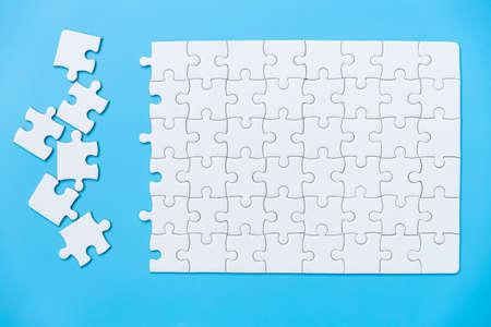 Unfinished white jigsaw puzzle pieces Banque d'images