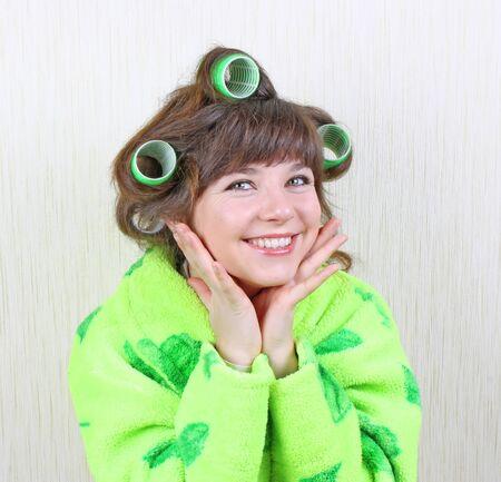 belle fille en robe verte avec des cheveux de rouleaux Banque d'images