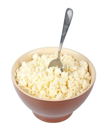 cottage cheese: Ricotta fresca nella ciotola muscoli isolato su bianco