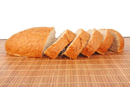 aliments: Tranche de pain isol� sur fond blanc, les denr�es alimentaires Banque d'images