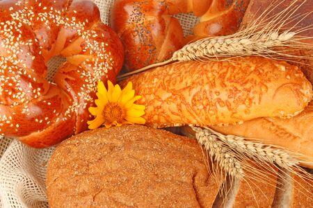 canasta de pan: Composición del pan fresco y bollería en la canasta con la espiga de trigo, productos alimenticios