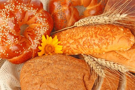 bread basket: Composition of fresh bread and bakery in basket with ear of wheat, foodstuffs