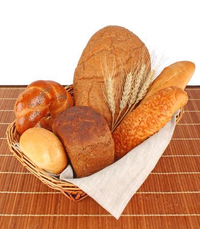 aliments: Composition de pain frais et de la boulangerie dans le panier avec �pi de bl�, les produits alimentaires