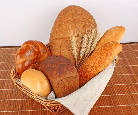 produits alimentaires: Composition de pain frais et de la boulangerie dans le panier avec épi de blé, les produits alimentaires