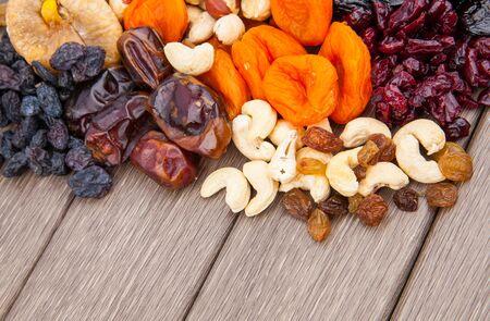 frutas deshidratadas: surtido de frutas secas en el fondo de madera, el concepto de alimentos saludables. Foto de archivo