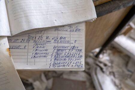 Prypeć w Czarnobylu porzuciła stare arkusze zeszytów napisane pokryte kurzem