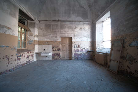 large empty room with windows in old abandoned factory. High quality photo Banque d'images