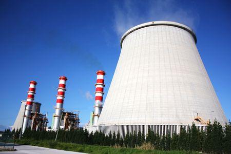 kraftwerk: Kraftwerk-Kamine, die Produktion von weißem Rauch vor einem blauen Himmel
