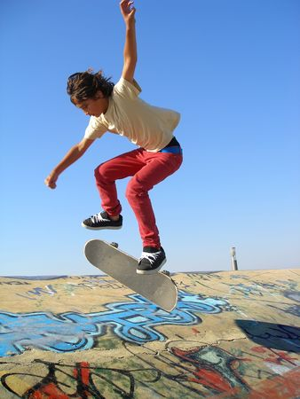 Boy practicing skate in a skate park 新聞圖片