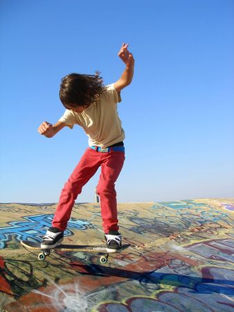 ni�o en patines: Skate gran parque que muestra a un ni�o de Patinaje