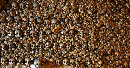 beenderige: Veel van de gestapelde menselijke beenderen en schedels