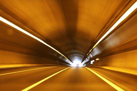 tunel: Túnel de alta velocidad. Salir de un túnel a gran velocidad. Foto de archivo