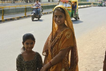 ni�os vistiendose: Ahmedabad, India - 28 de septiembre 2011 Chicas j�venes de Gujarat de espera bajo la sombra de los �rboles de un autob�s