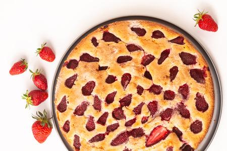 Voedsel concept zelfgemaakte boterachtige vanille Strawberry Cake op witte achtergrond met kopie apsce