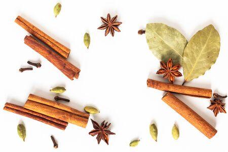 Gesundes Lebensmittelkonzept Mischung aus Bio-Gewürzen Sternanis, Zimt, Lorbeer und Kardamomschoten auf weißem Hintergrund Standard-Bild