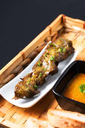 亚洲美食概念自制沙嗲烤牛肉和辣味花生酱放在竹制托盘上,有拷贝空间