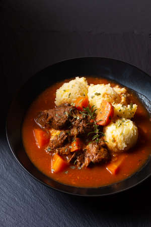 Food concept Spot fosuc Homemade classic beef stew with mashed potato in black dish with copy space 免版税图像