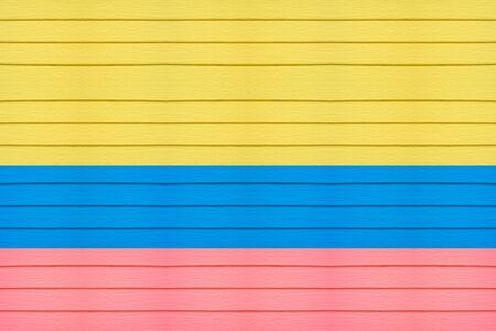 bandera de colombia: bandera de Colombia sobre fondo de madera horizontal. Foto de archivo