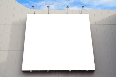 centro comercial: Pared de cartulina en blanco en el moderno centro comercial en un día nublado.