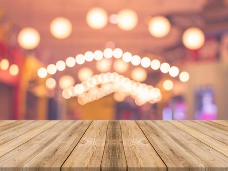 배경을 흐리게 앞의 나무 보드 빈 테이블. 커피 숍에서 흐림 위에 관점 갈색 나무 - 디스플레이에 사용하거나 표시 product.Vintage 필터에 대한 products.Mock  스톡 콘텐츠