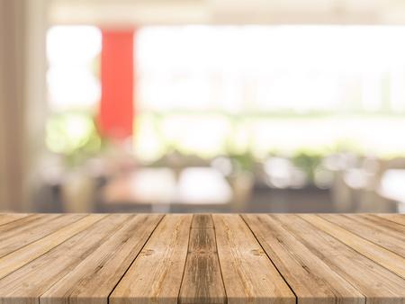 cocina antigua: tablero de mesa vac�a de madera delante de fondo borroso. Perspectiva de madera marr�n sobre la falta de definici�n en la cafeter�a - se puede utilizar para la visualizaci�n o Montage su products.Mock hasta su filtro products.Vintage.