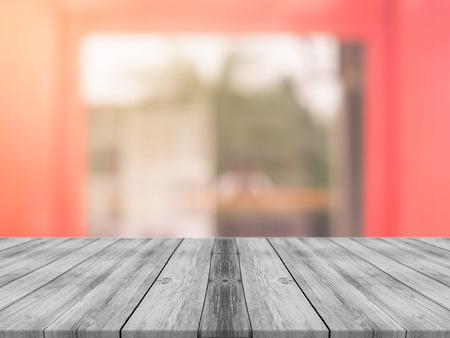 mesa de madera: tablero de mesa vacía de madera delante de fondo borroso. Perspectiva de madera gris sobre la falta de definición en la cafetería - se puede utilizar para la visualización o Montage su products.Mock para filtro de presentación product.Vintage. Foto de archivo