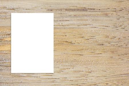 Lege gevouwen papier poster opknoping op houten wand, Template mock-up voor het toevoegen van uw ontwerp.